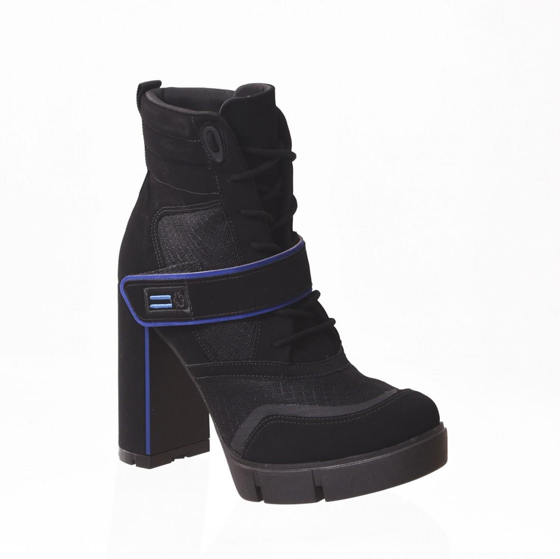 b3549fb76 Bota Coturno Bebecê Ankle Boot Nobuck Solado Tratorado Detalhe Vélcro Preta  e Azul ...